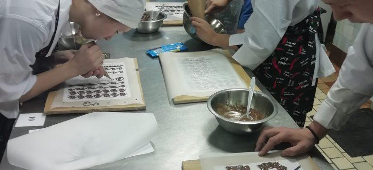 Школьники, обучающиеся по профессии «Кондитер», на одном из практических  занятий изучили тему «Рисование шоколадной массой»