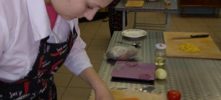 Путевка в жизнь «Повар» — ребята на практическом занятии успешно отработали профессиональный модуль «Приготовление супов и соусов»