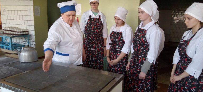 Школьники, обучающиеся на базе нашего колледжа по проекту » Путёвка в жизнь школьникам Подмосковья»,   посетили предприятие общественного питания