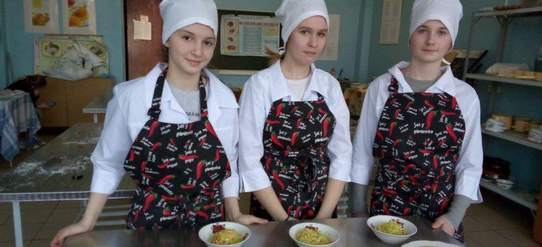Школьники обучающиеся по профессии » Повар»,  отработали  на практике технологию приготовления блюд из творога ( вареники ленивые), салатов из свежих овощей и заправочных супов