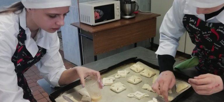 В группе  школьников, обучающихся по проекту «Путевка в жизнь» по профессии » Кондитер » было проведено практическое занятие на тему » Приготовление изделий из слоеного теста»